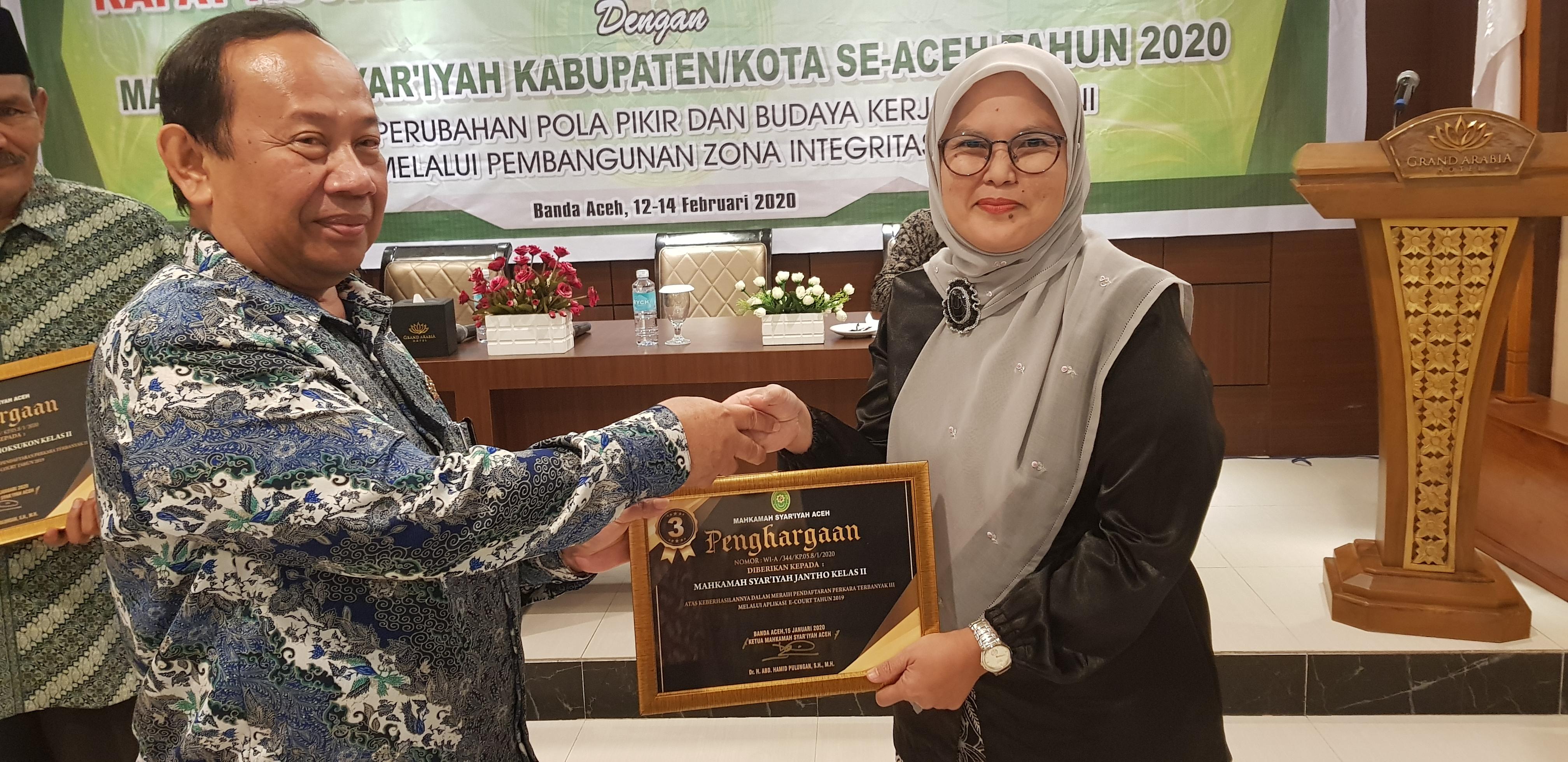 Mahkamah Syar'iyah Jantho Mendapat 2 Penghargaan dari MS  Aceh | (17/2)